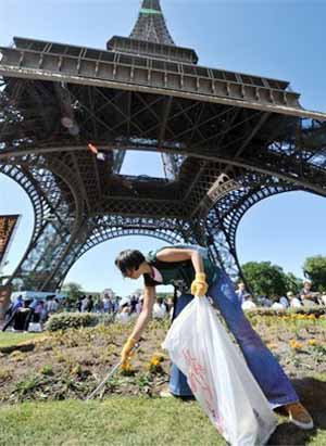 Japanese Take To Volunteering For The Eiffel Tower's Cleanliness