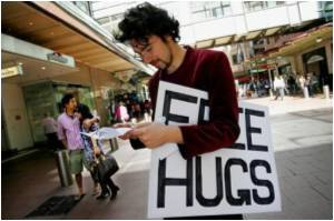 Media Reports Say Australia's 'Free Hugs Guy' to Donate Kidney to Stranger
