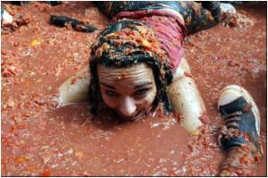 Tourists Throng Spain for Annual Tomatina Festival