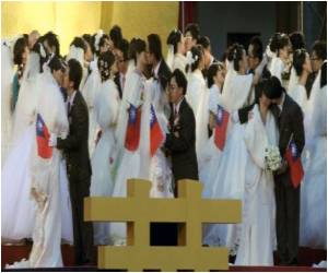 Wedding Craze Hits Taiwan Couples