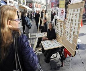 Spaniards Make a Beeline For World's Most Valuable Lottery