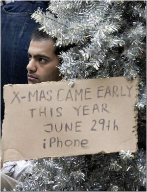 Apple Launches IPhone; New Yorkers Line Up to Buy Gadget