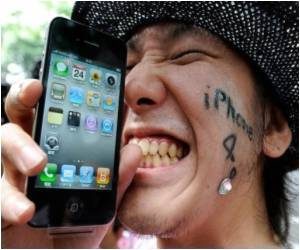 Left-Handers Unhappy With IPhone 4 Design