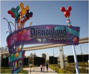 US Disneyland Sued by Muslim Employee over Headscarf Ban