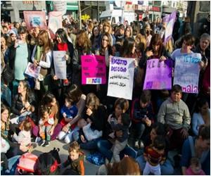 Hundreds of Mothers in Argentina Hold A Mass Breastfeeding Protest