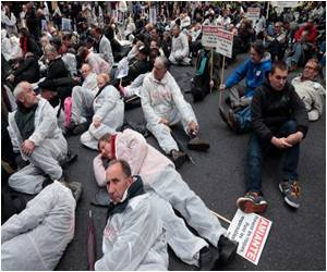 Unique 'Die-in' Protest Against Asbestos in Paris