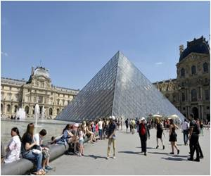 Tourists in Paris Share Picnic With Rats at the Louvre
