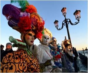 Annual Venice Carnival Attracts Hordes of Foreign and Italian Tourists