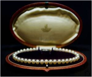 Unglamorous History of Pearls Revealed in London Exhibition