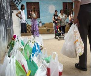 'Indignants' of Spain Battle Exigence With Food Aid
