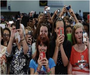 Tacking Fears Keep American Teens Away from Smartphone Apps