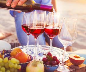 Tips to Prevent 'Wine Teeth' this Holiday Season